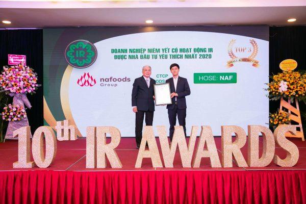 Đại diện Nafoods Group nhận giải Top 3 doanh nghiệp niêm yết có hoạt động IR được nhà đầu tư yêu thích nhất