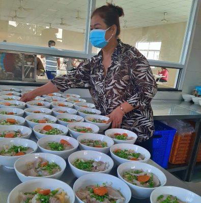 Nhà máy cố gắng chuẩn bị bữa ăn chất lượng, đảm bảo sức khỏe và hấp dẫn hằng ngày;